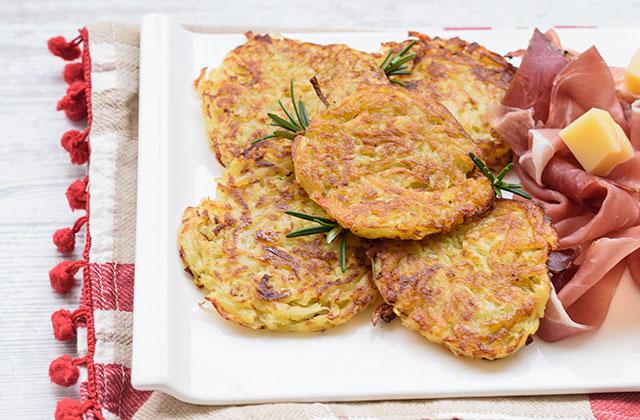 """Potato pancakes in a pan """"style ="""" width: 640px;"""