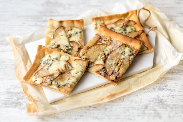 """Pizza with cheese and pears """"style ="""" width: 640px;"""