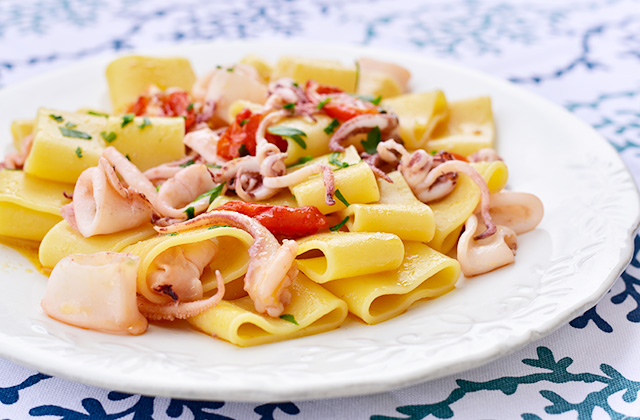 """Pasta with squid and cherry tomatoes """"style ="""" width: 640px;"""