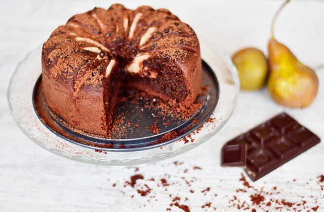 """Pear and soft chocolate cake """"style ="""" width: 640px;"""